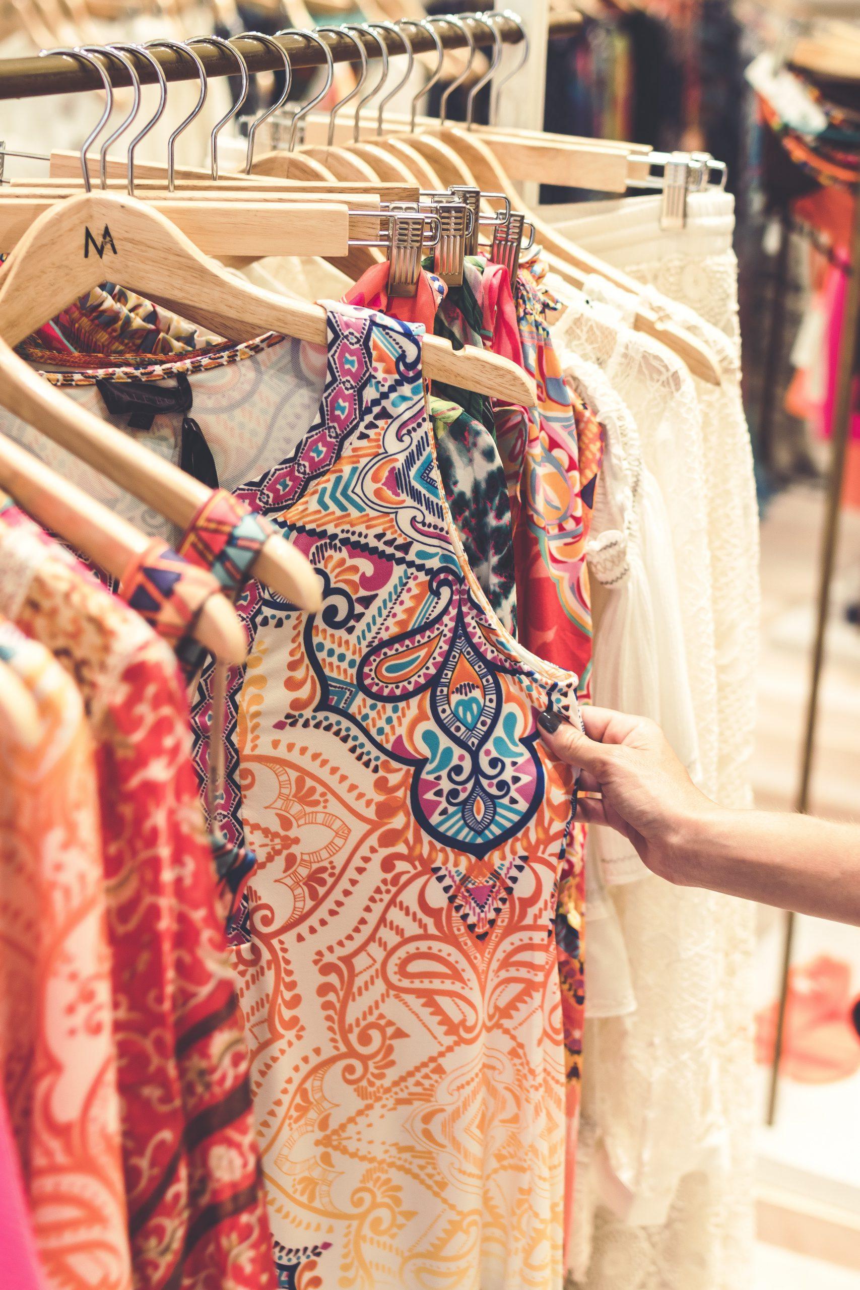 Jak wybrać elegancką i wygodną sukienkę do pracy